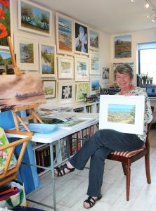 sue-evans-with-her-winning-painting-path-to-the-sea-2016